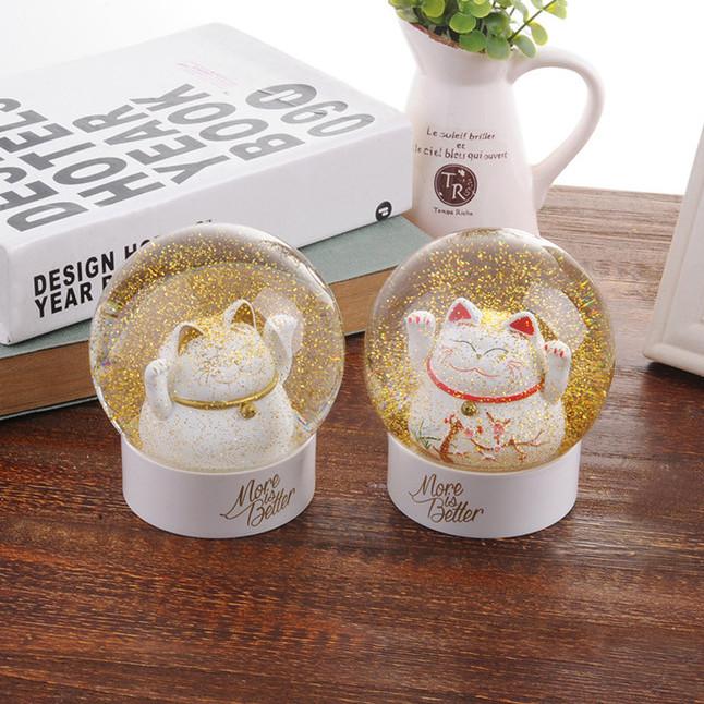 晶莹剔透的梦幻水晶球,里面一只富态圆润的招财猫,轻晃水晶球,亮金金