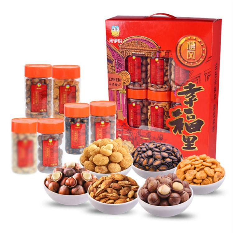 """精美包装,多种口味,坚果礼盒已备好,新年带回家的""""一箱情意""""!"""