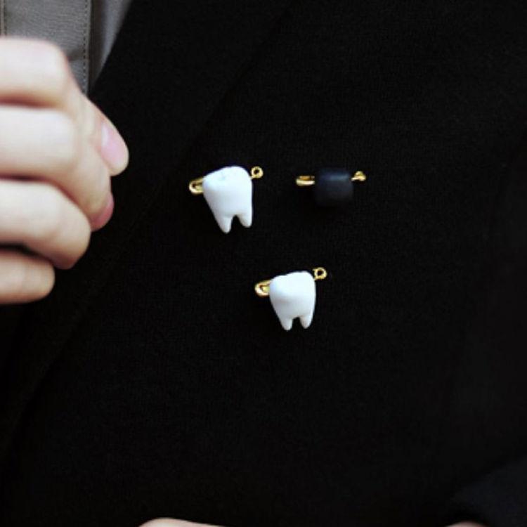 软陶白色小牙胸针