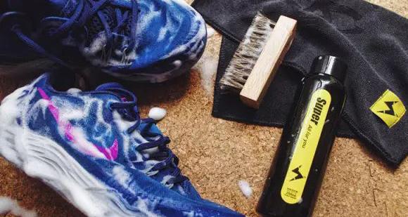 在家洗鞋其实很方便,喷一喷就干净了!
