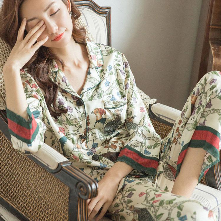 慵懒与时尚结合,你需要一件,美得能穿出门的复古印花睡衣
