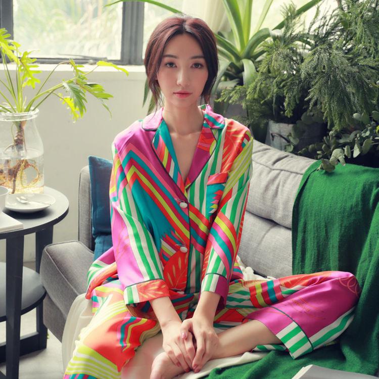 简约精致的翻领设计,你需要一件,美得能穿出门的复古印花睡衣