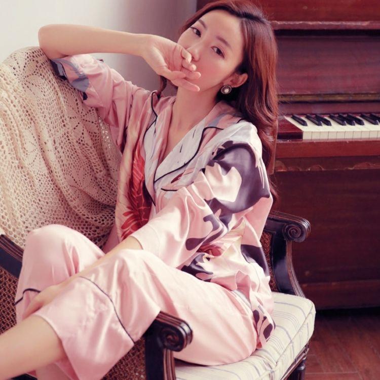面料舒适柔滑,你需要一件,美得能穿出门的复古印花睡衣