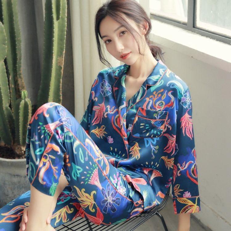 大气简洁的设计,你需要一件,美得能穿出门的复古印花睡衣