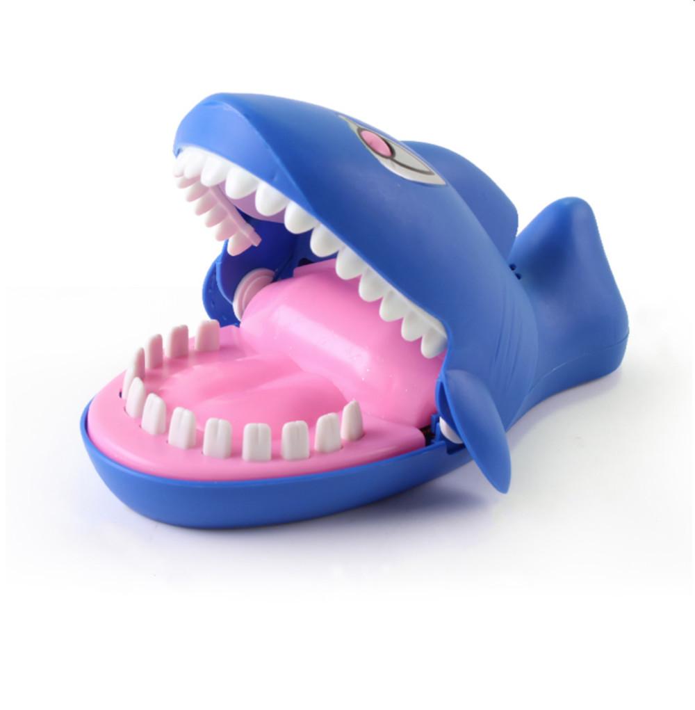 整蛊咬手指鲨鱼