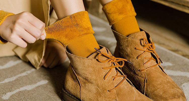 露脚踝已经OUT了,穿中筒袜才最时髦!