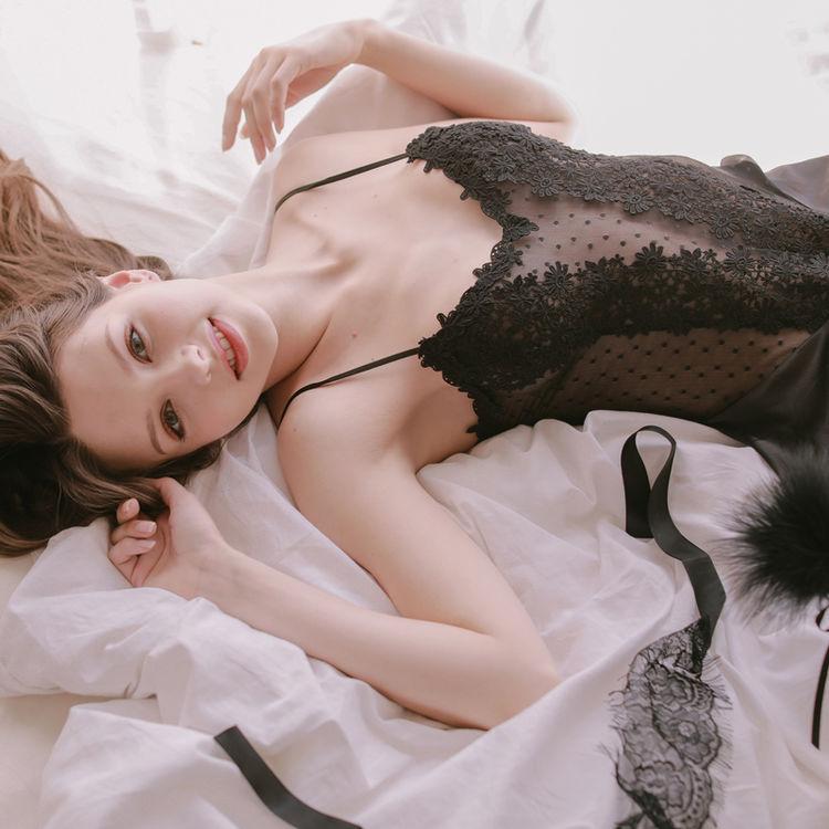 ,当蕾丝与黑色系组合在一起,性感中带着几分诱人!